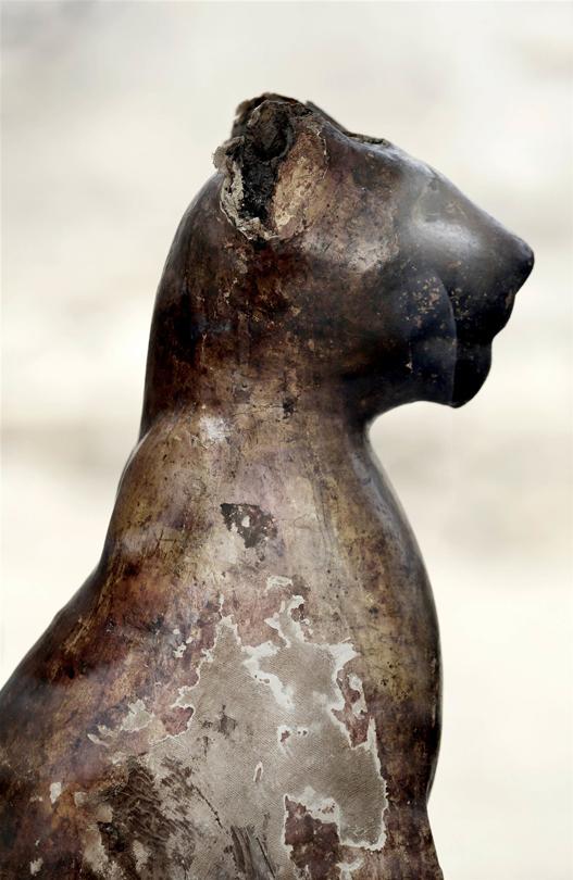 Estatua felina de madera