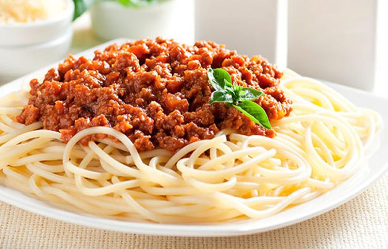 Spaghetti o tallarines a la Boloñesa platillos