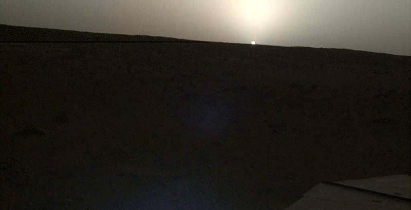 Esta fotografía fue capturada a las 06:30 p.m. (hora local de Marte). El Sol se puede apreciar aproximadamente dos tercios del tamaño que tiene cuando se ve desde nuestro planeta.Foto: NASA