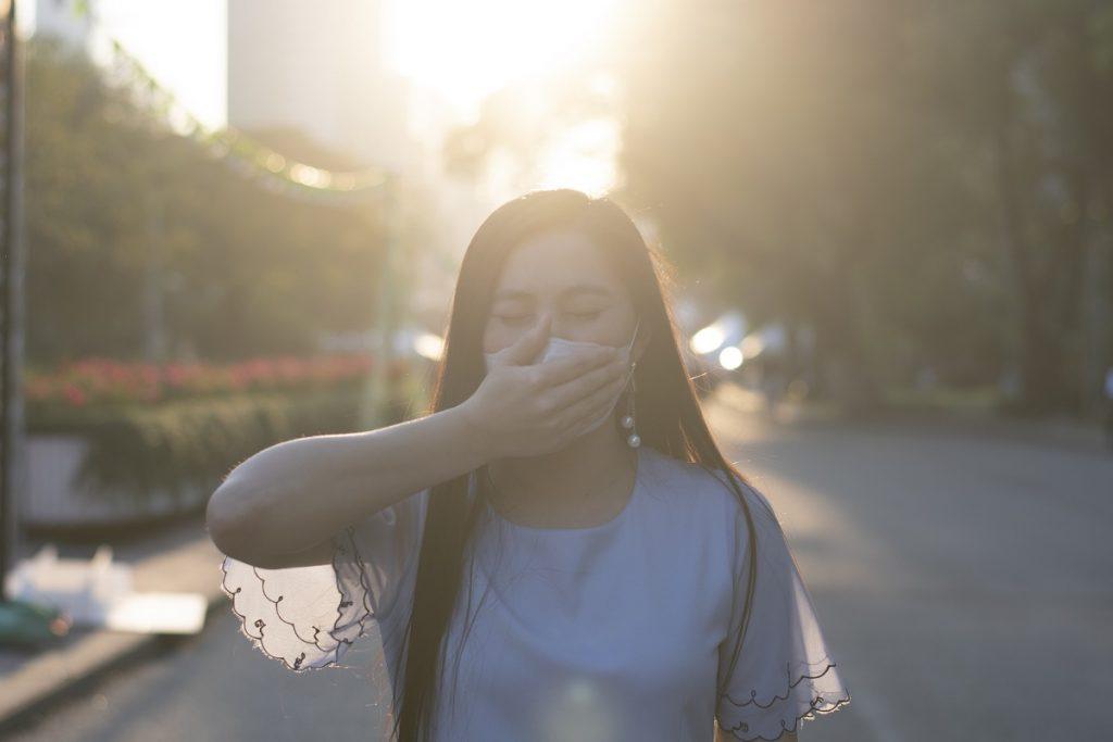 contaminacion-mujer-cubre-su-boca-medioambiental