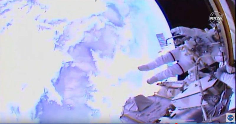 Imágenes de la primera caminata espacial histórica