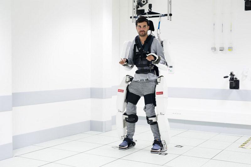 joven tetrapléjico exoesqueleto