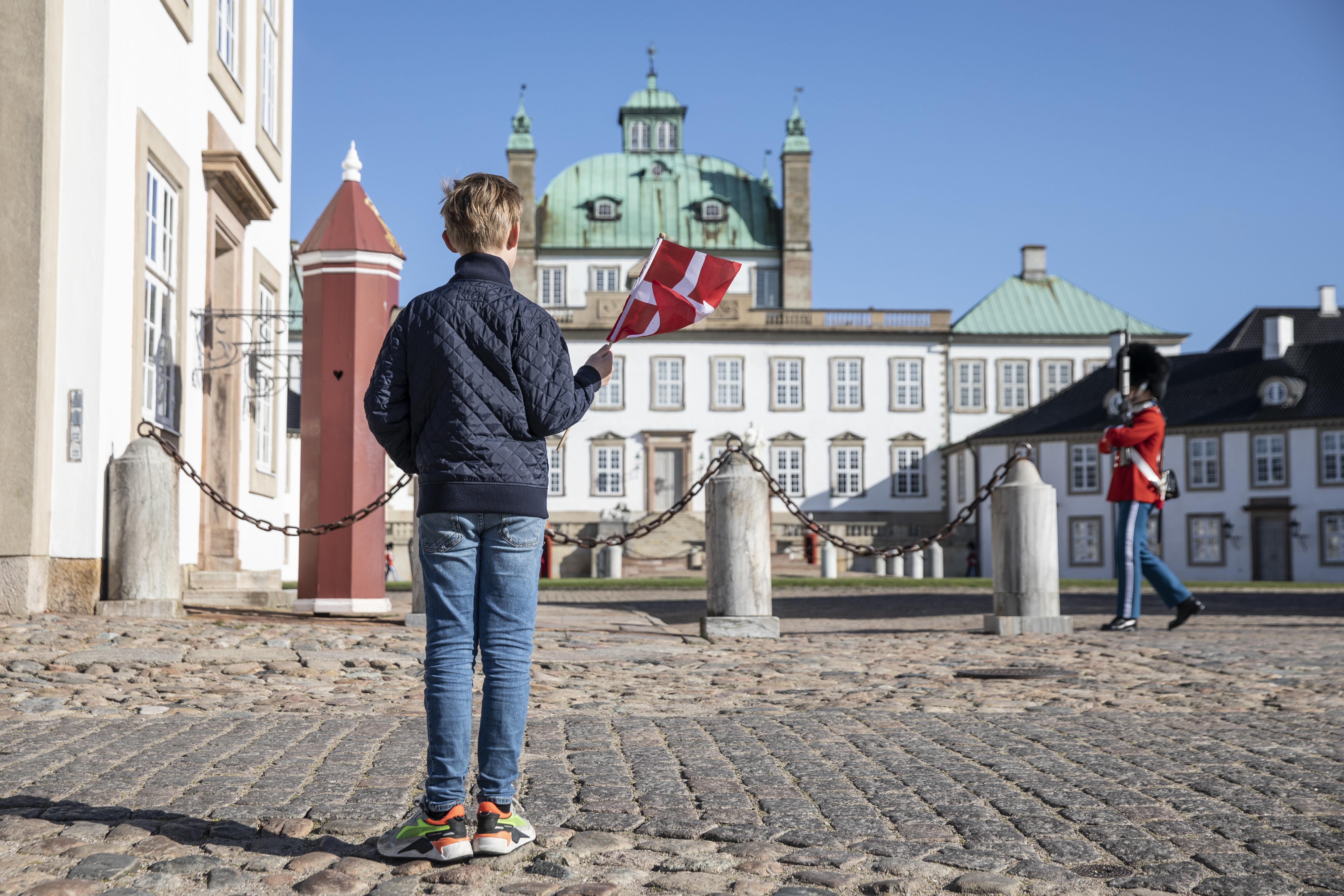 Dinamarca Palacio de Fredensborg niño bandera