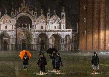 Venecia marea alta inundación plaza de San Marcos Italia