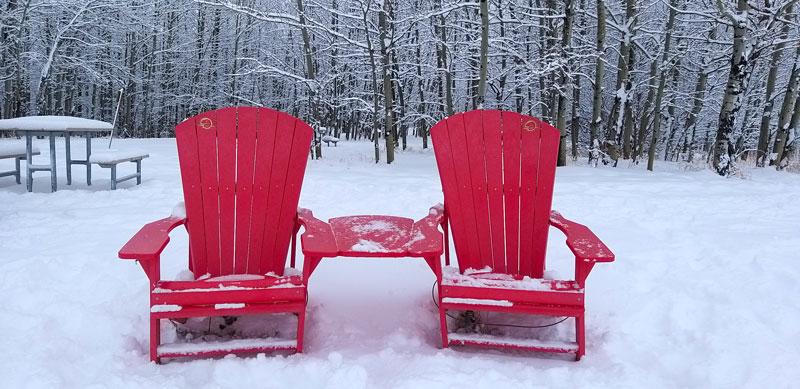 nieve Parque Nacional de Elk Island Canadá sillas rojas