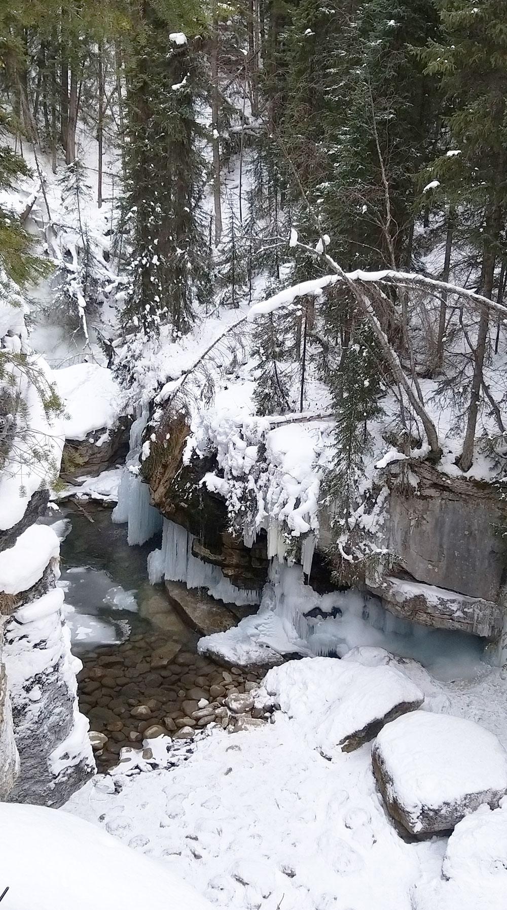río Jasper nieve Alberta invierno