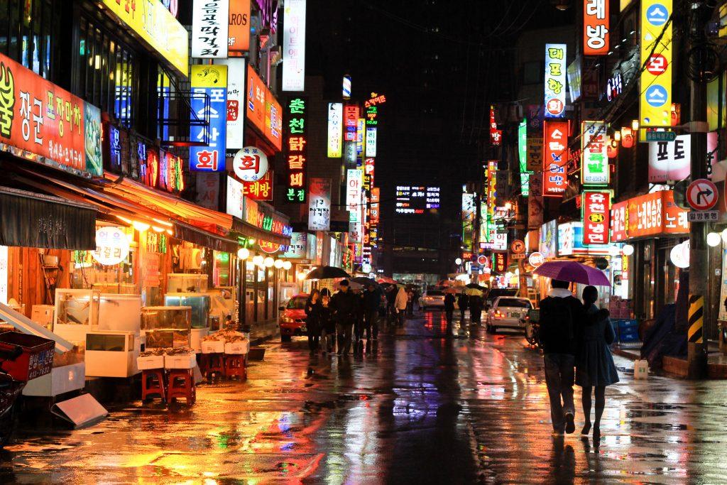Calle de Corea del sur en la noche