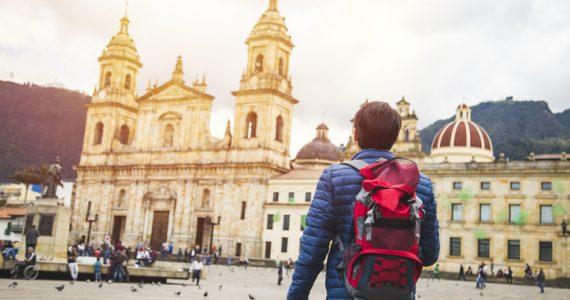 Cuanto cuesta viajar a Colombia hombre viajero