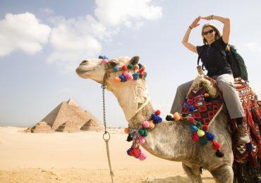 cuanto cuesta un viaje a egipto desde mexico turistas en piramides