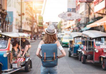 cuanto cuesta viajar a tailandia turista en calles de bangkok